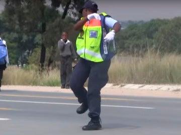 La agente de tráfico bailando