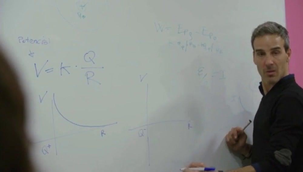 Frame 15.062094 de: David Calle compite por se elegido mejor profesor del mundo
