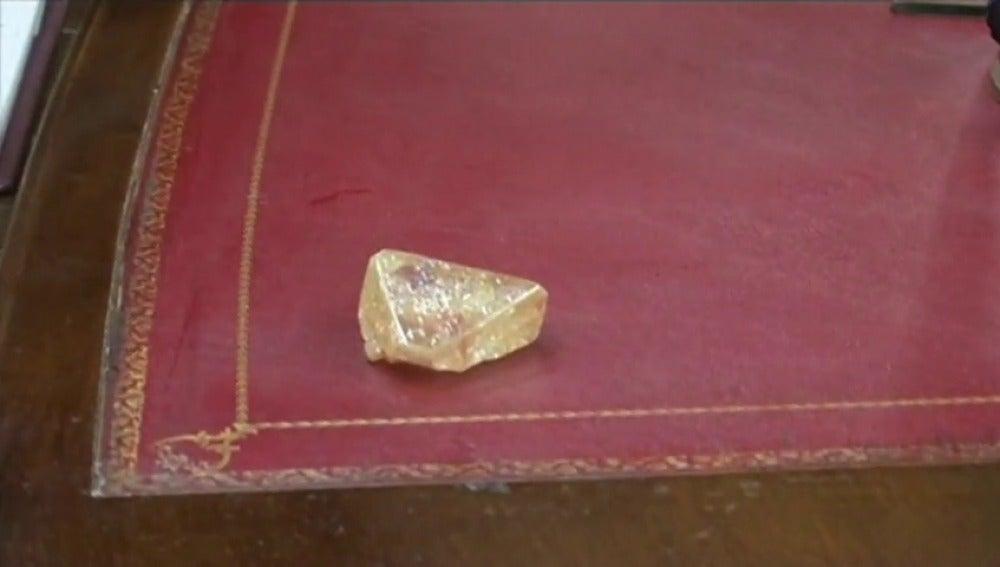 Frame 5.944645 de: Un pastor encuentra un diamante virgen de 706 quilates