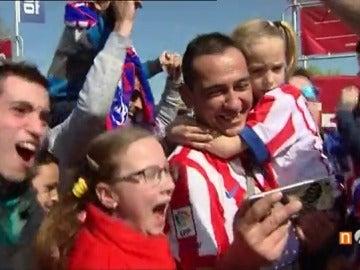 Frame 54.145 de: La afición del Atlético de Madrid celebra el cruce con el Leicester