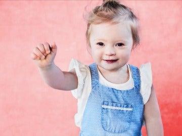 Niña con síndrome de Down consigue un contrato como modelo