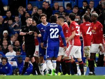Jugadores del Manchester United dirigiéndose hacia el árbitro