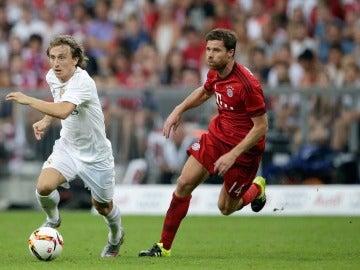 Xabi Alonso trata de detener a Modric en un Bayern-Real Madrid