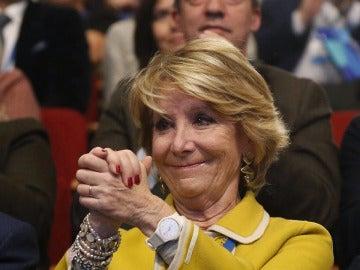 Esperanza Aguirre, emocionada ante la ovación de sus compañeros