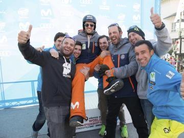 Lucas Eguibar e Israel Planas con el equipo español celebrando la plata en el boardercross