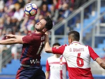 Kike García disputa un balón con Óscar Duarte