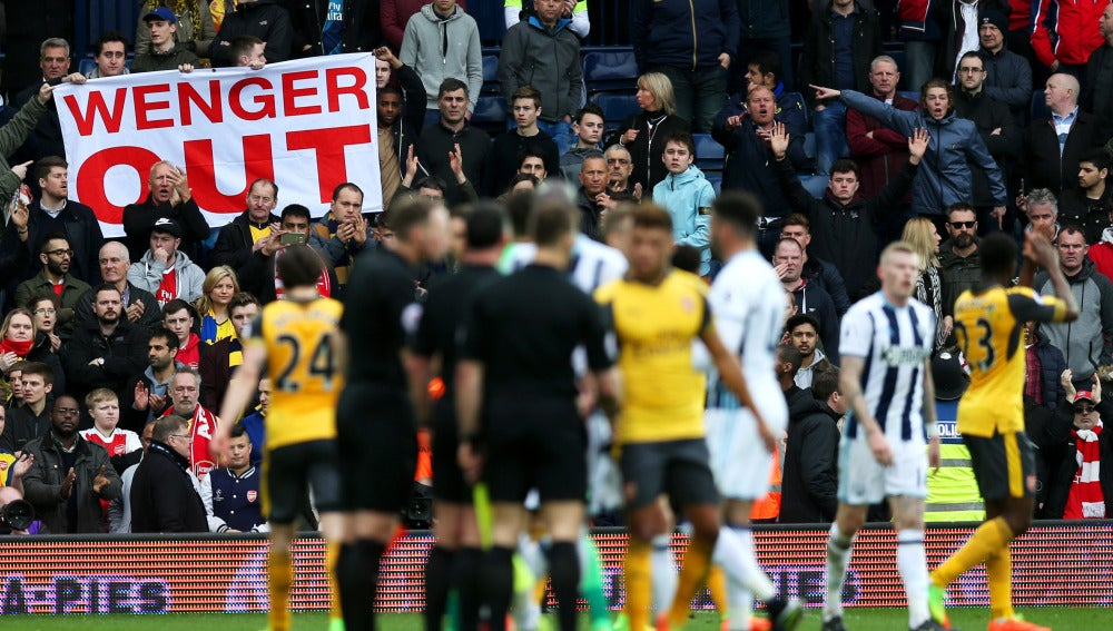 Los jugadores del Arsenal se retiran del campo tras la derrota