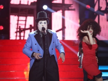 Miguel Machín canta a su querida 'Lola, Lola' transformado en Javier Gurruchaga