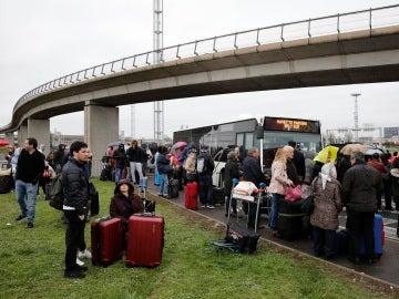Pasajeros evacuados del aeropuerto de Orly