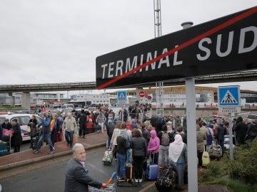 Personas evacuadas del aeropuerto de Orly