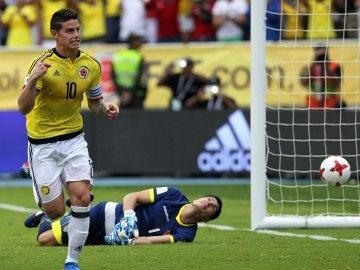 James celebra su gol con Colombia