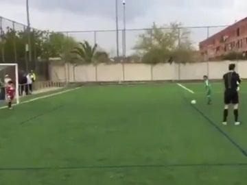 Ejemplo de deportividad de un niño en un partido de benjamines