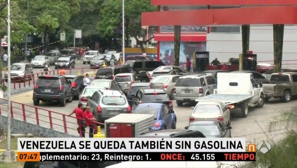 Frame 4.876666 de: Espectaculares colas en Venezuela por el fallo en el suministro de gasolina