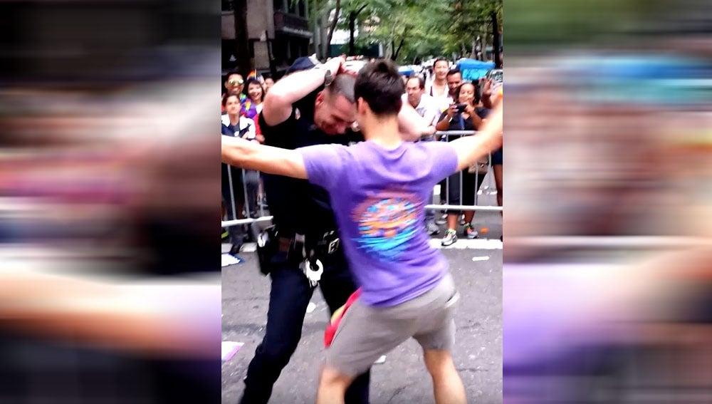 Policía bailando durante el Orgullo de Nueva York