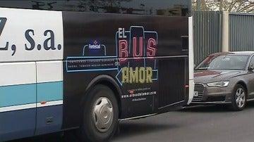"""Frame 0.0 de: Mil enamorados viajan gratis entre Valencia y Madrid a bordo del Bus del Amor"""""""