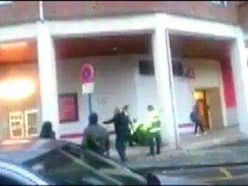 Frame 5.964505 de: Cuatro policías municipales resultan heridos al intentar evitar un robo en un supermercado