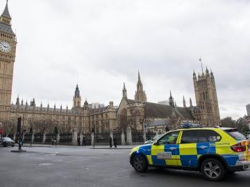 Agentes de policía británicos permanecían en guardia tras el tiroteo ante el Parlamento en Londres