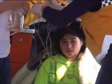 Frame 12.666666 de: Mueren cinco niños al hundirse la barca de plástico en la que intentaban cruzar el Mar Egeo