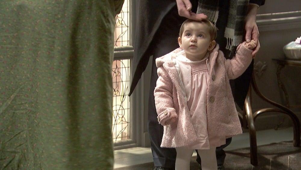 Lucía se enfada con Nicolás al llevar a su hija al cementerio