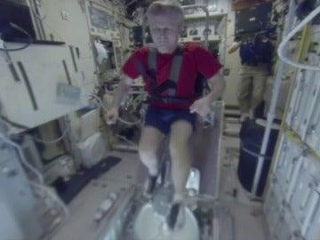 Frame 15.338086 de: Los astronautas realizan fitness sujetos con arneses en la Estación Espacial Internacional