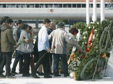 Varios familiares dejan rosas rojas en el monumento de recuerdo durante el acto de homenaje a las víctimas del accidente del vuelo Germanwings 9525