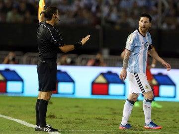 Leo Messi protestando al línea
