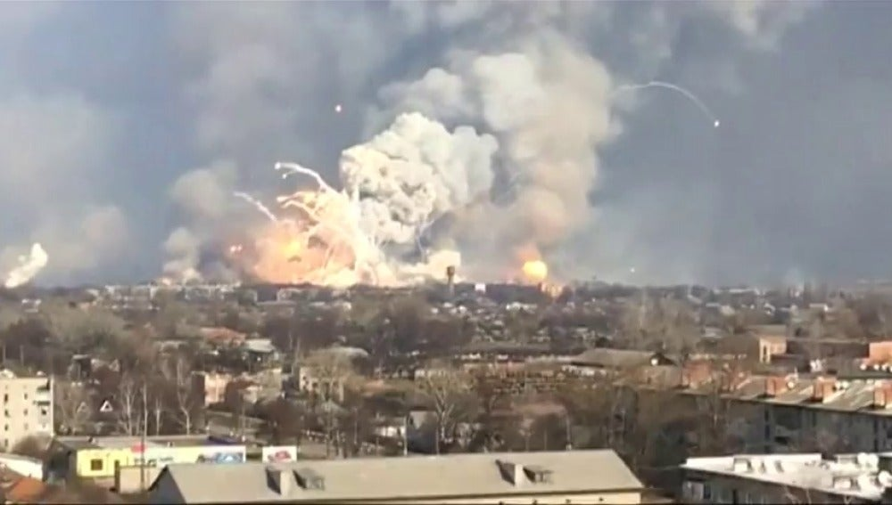 Frame 15.973455 de: Un muerto y un herido tras la explosión de 138.000 toneladas de munición en Ucrania