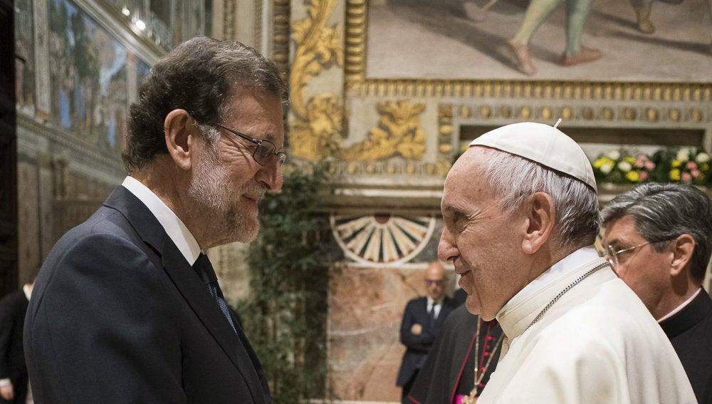 Fotografía facilitada por L'Osservatore Romano del presidente del Gobierno, Mariano Rajoy, durante la breve conversación que ha mantenido con el papa Francisco