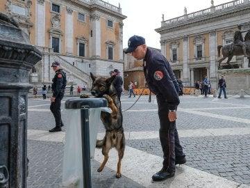 Carabinieri y perros comprueban los alrededores del Palacio Campidoglio