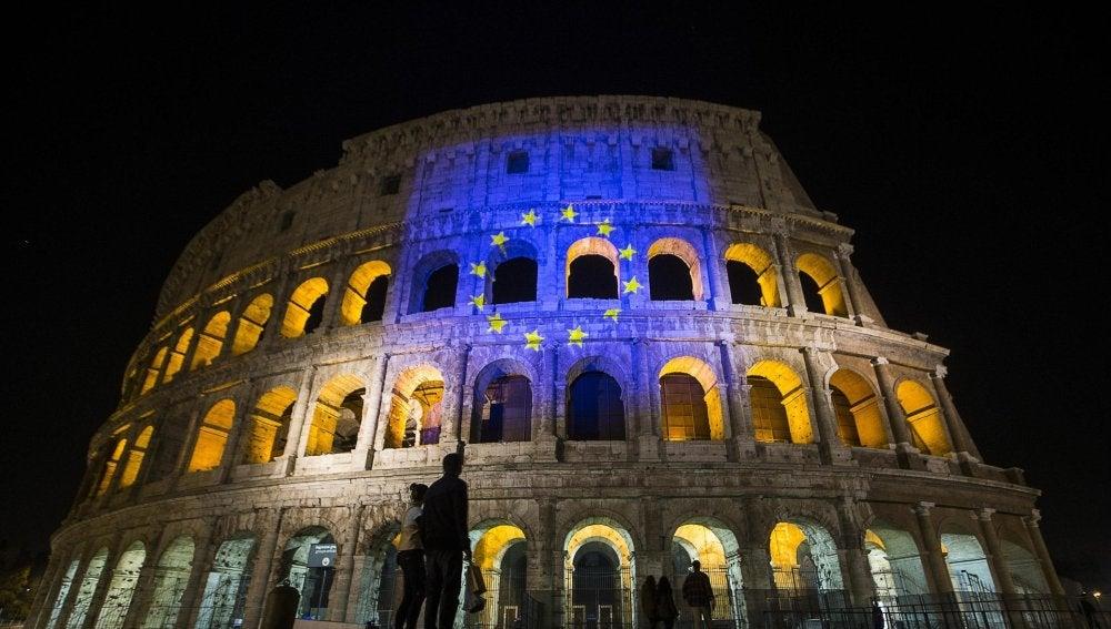 La bandera europea se proyecta en el Coliseo romano, anoche, para celebrar el 60 aniversario de los Tratados de Roma