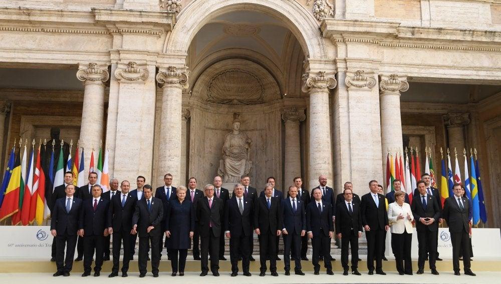 Foto de familia de los líderes europeos con motivo del 60 aniversario de la UE