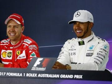Vettel y Hamilton, sonrientes en rueda de prensa