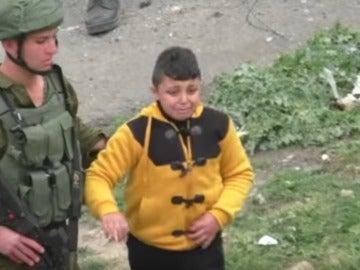 Soldados israelíes arrastran a un niño palestino para que delate a otros pequeños del pueblo
