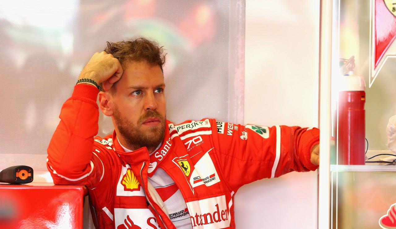 Vettel, pensativo en el box de Ferrari