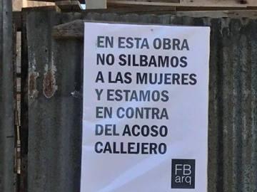 El cartel en la valla de una obra en Argentina