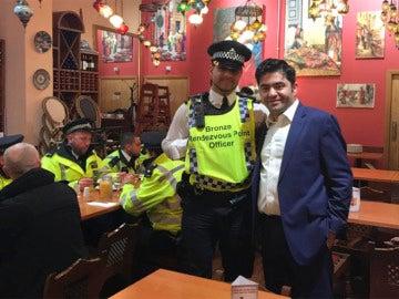 Uno de los policías junto al dueño del restaurante