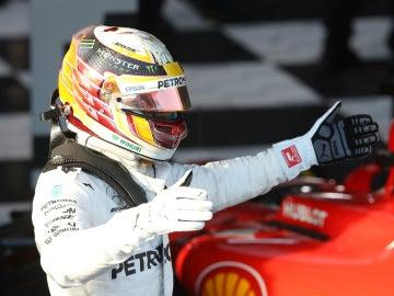 Hamilton, con el Ferrari de fondo