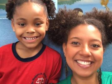 Ana Barbara Ferreira junto a su alumna con el mismo peinado