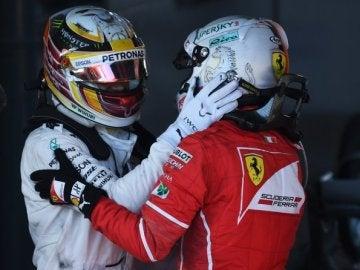 Hamilton felicita a Vettel tras su victoria