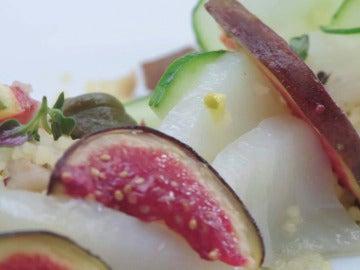 Carpaccio de bacalao con ensalada fresca de cuscús y gallina escabechada