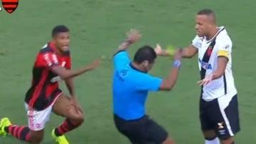 El árbitro finge una agresión ante Luis Fabiano