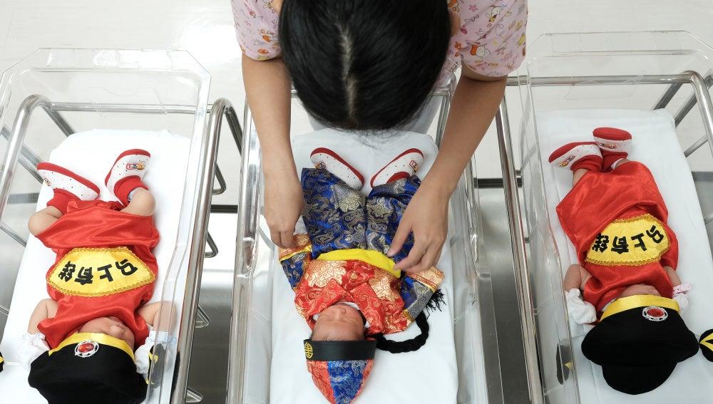 Niños chinos recién nacidos