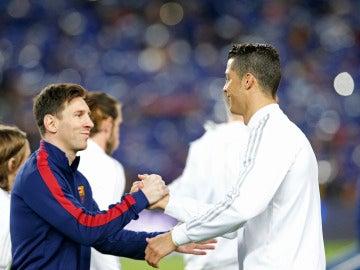 Leo Messi y Cristiano Ronaldo se saludan antes de un partido