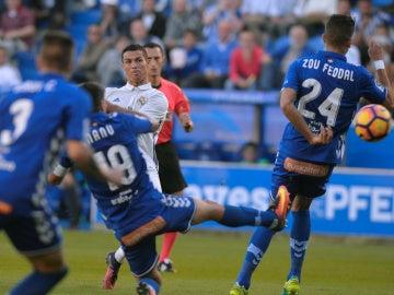 Cristiano Ronaldo dispara a puerta ante la defensa del Alavés