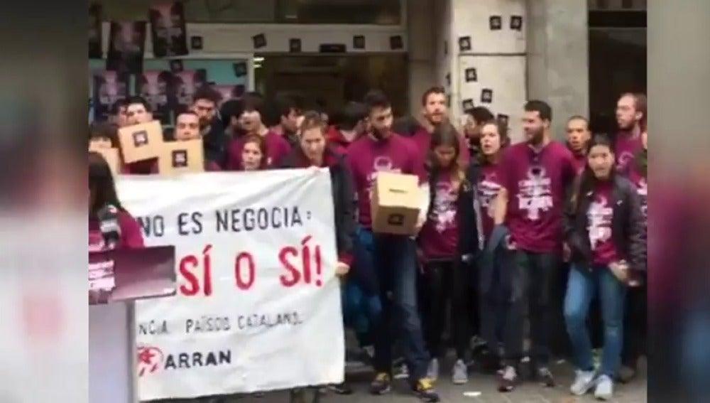 Frame 8.090045 de: Las Juventudes de la CUP intentan ocupar la sede del PP de Cataluña para reivindicar la celebración de un referéndum