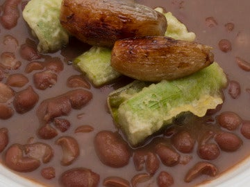 Alubias negras con puerros en tempura