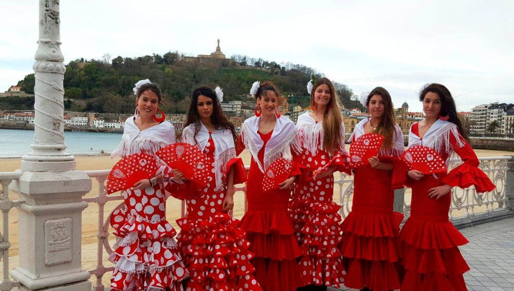 El Sur invade el Norte vestidas de flamenco con 'Allí Abajo'