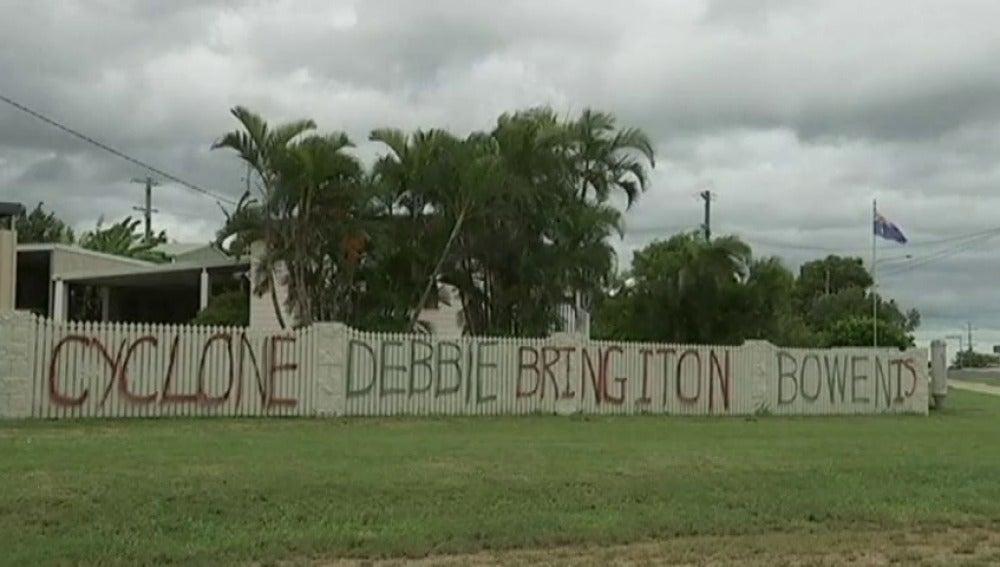 Frame 0.0 de: Los australianos se preparan para la entrada del ciclón Debbie prevista para mañana