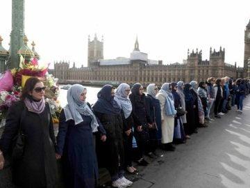 Cadena humana de mujeres para denunciar el atentado
