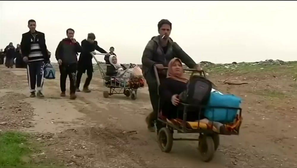 Frame 0.0 de: Numerosos civiles huyen desesperados de Mosul mientras las fuerzas iraquíes combaten contra el ISIS